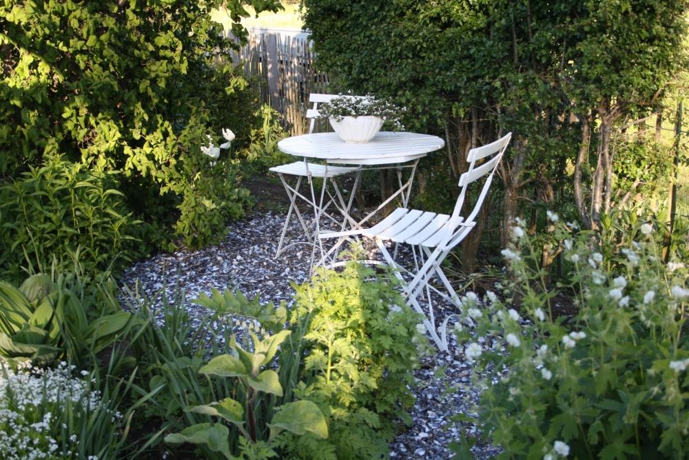 Hyggelig siddeplads midt mellem blomsterne