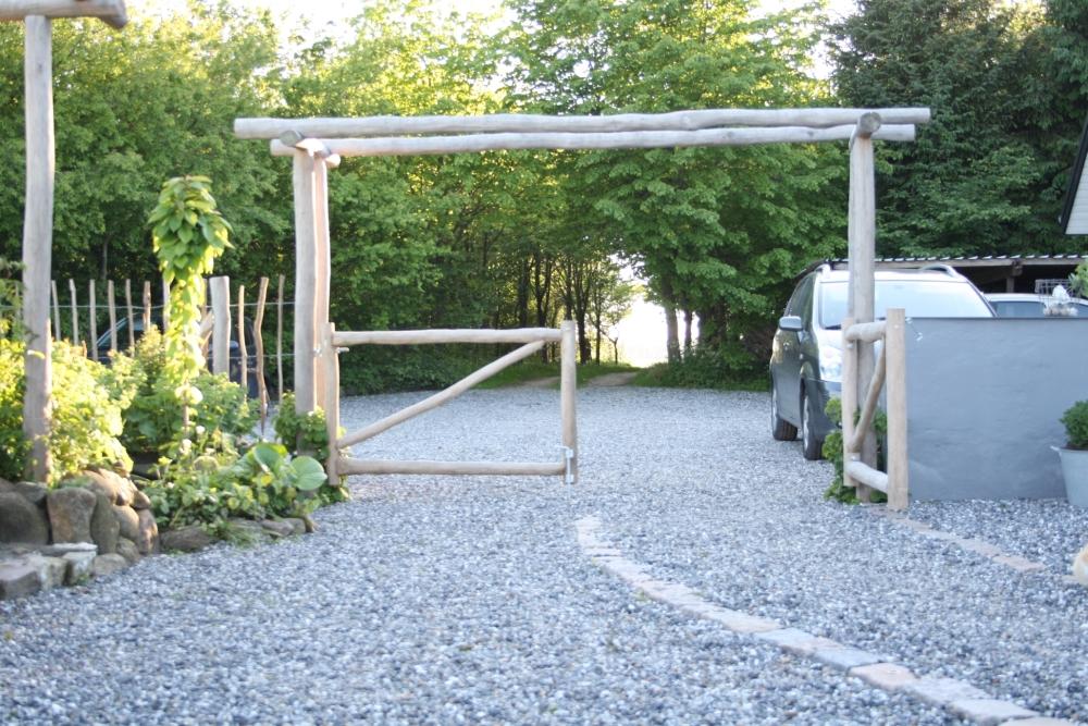 Portal med låge mellem indkørsel og gårdsplads